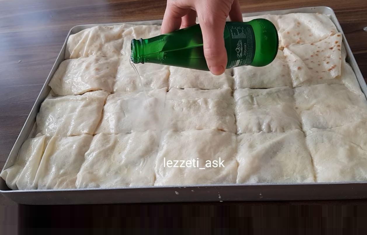 Kısa zamanda hazırlanan ve çok malzeme gerektirmeyen bu 4 yufkadan 20 kişilik börek tarifinin lezzeti_ask kanalından Alıntı Türkçe yapılış videosunu izleyerek, hemen sizlerde bu börek tarifini yapabilirsiniz. Kolay gelsin afiyet olsun. 2