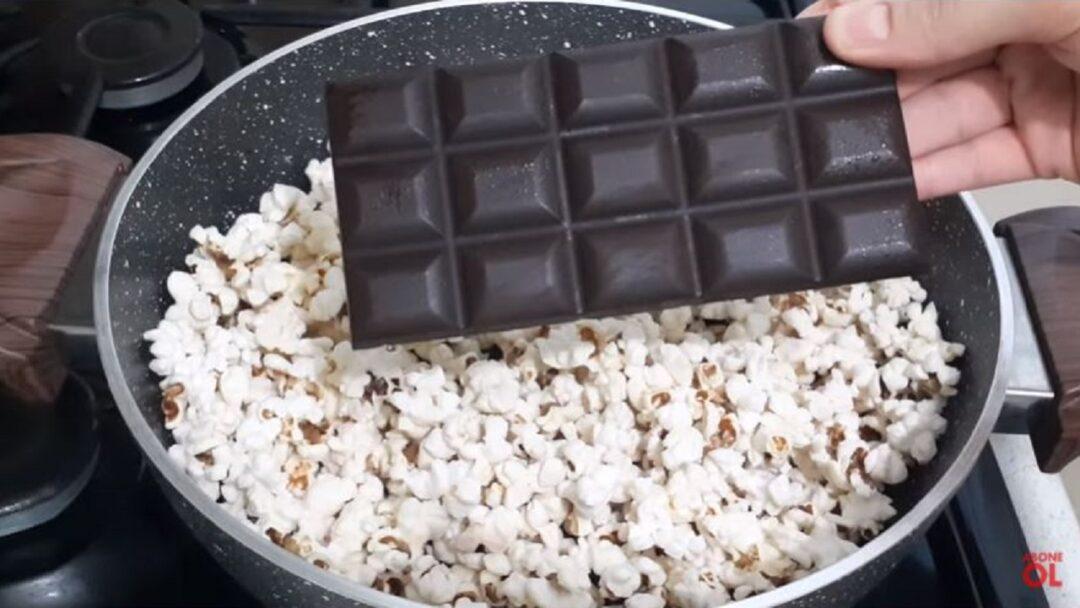 Sütün Yanında Çikolata Ekleyerek Mısırı Patlatmayı Deneyin