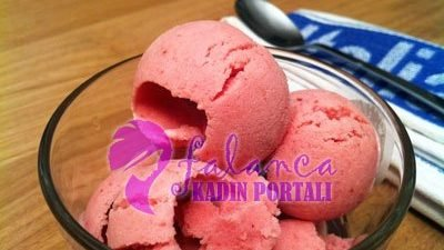 Çilekli Dondurma Tarifi (Ev Yapımı)