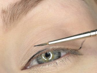 kuyruklu-eyeliner-nasil-cekilir-11