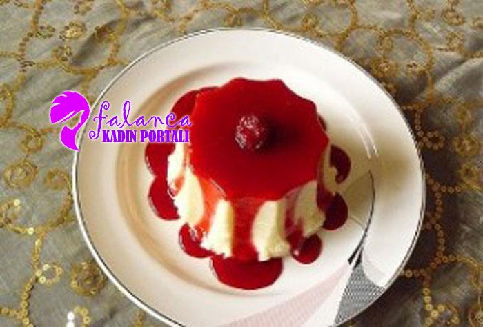 Meyve Soslu Sütlü İrmik Tatlısı