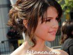 Selena Gomez Daginik Topuz Sac Modeli